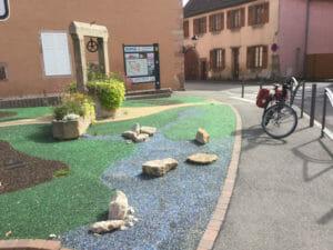 Issenheim - Elsass Radtour - bunte Steine als Kunst und mein Rad