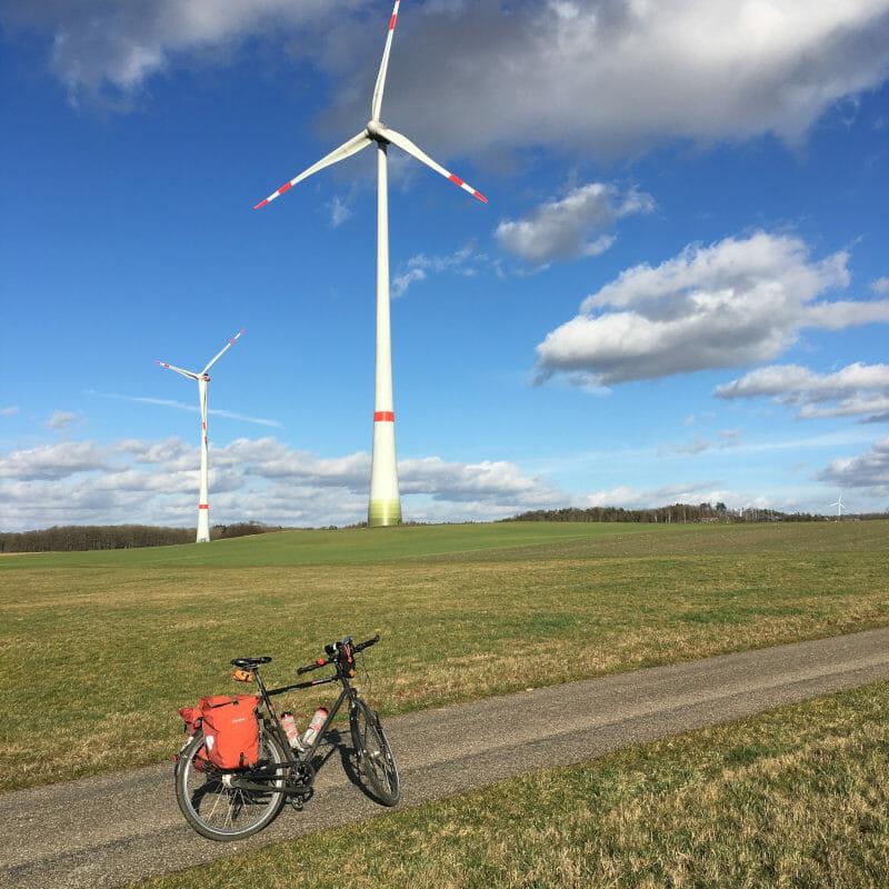 Windräder mit Fahrrad. Bei Rot am See.