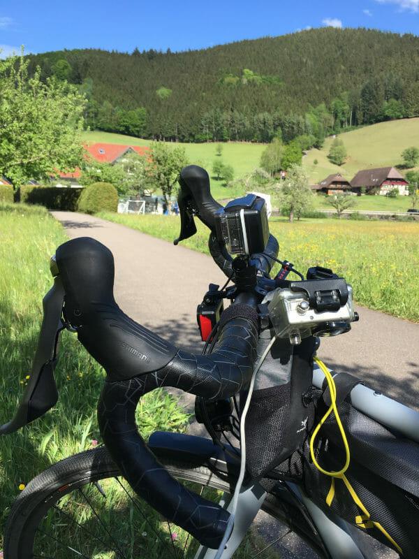 Oberwolfach - grün Fahrradlenker - Cockpit des Fahrrades mit drei Kameras