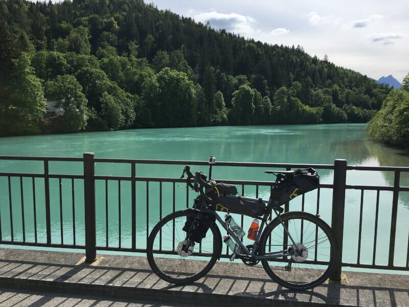 Die grüne Lech in Füssen mit Gravelbike