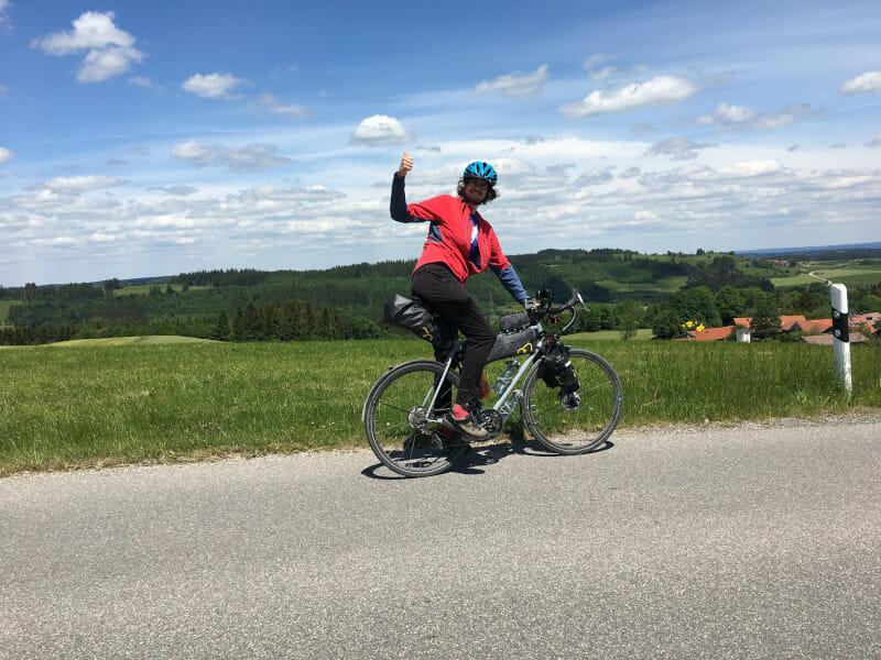 Kurz vor Oy bei Oy-Mittelpunkt sieht man mich auf dem Fahrrad - höchster Punkt Bodensee-Königssee-Radweg