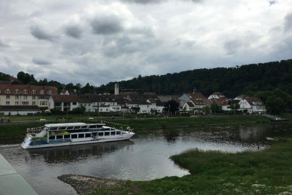 Bad Karlshafen - Ausblick Weser mit Schiff - Weserradweg