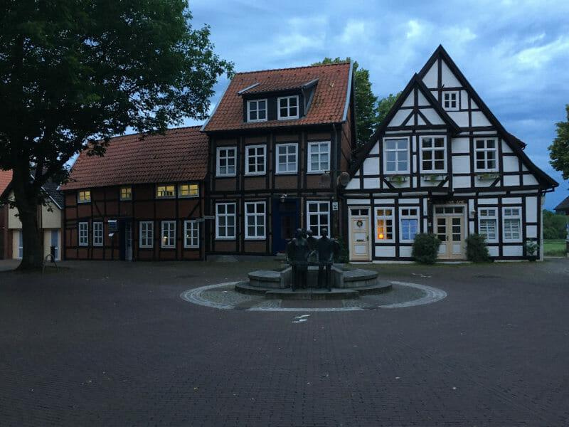 Nienburg an der Weser - mit schönen Fachwerkhäusern und mit Brunnen