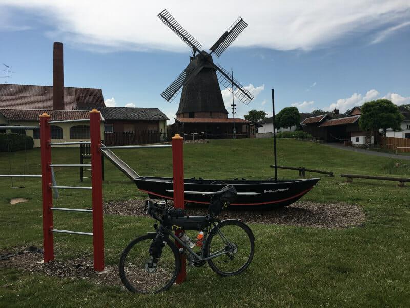 Petershagen Windmühle mit meinem Gravelbike am Weserradweg