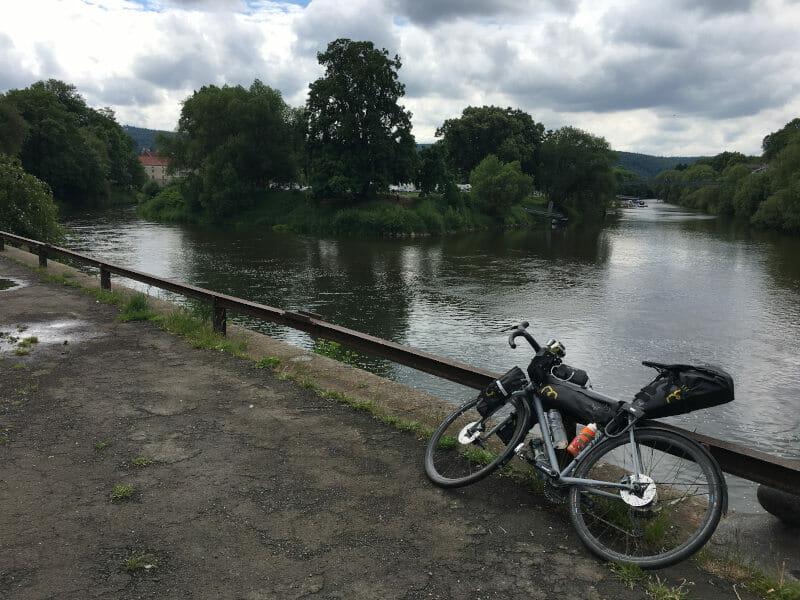 Zusammenfluss Werra und Fulda zur Weser - mit Rennrad davor