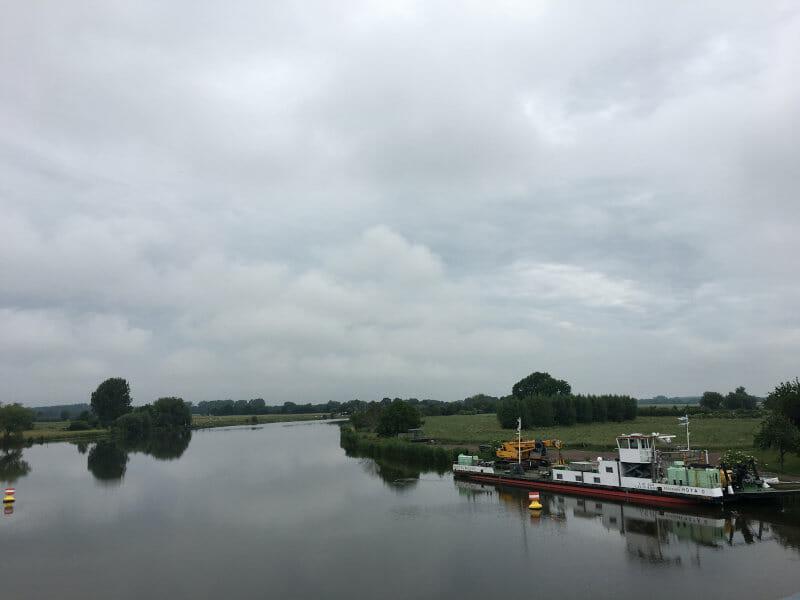 Drakenburg - Blick vom Rad auf die Weser - Weserradweg von Nienburg nach Verden