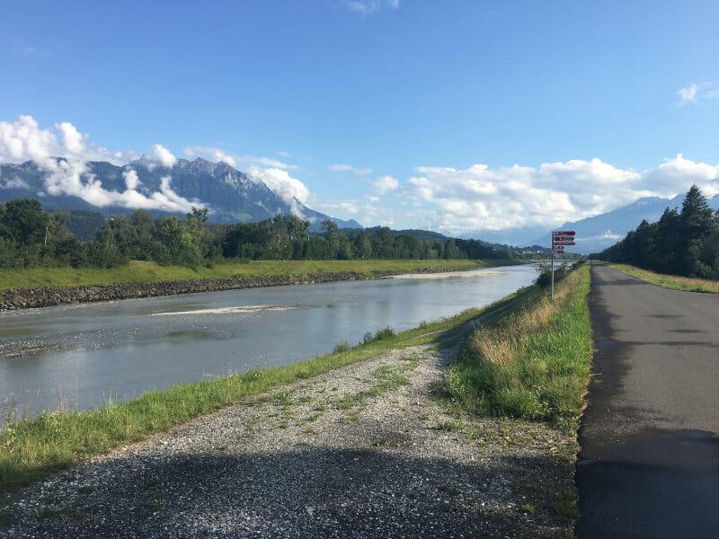 Alpenrhein bei Sennwald - Zurückblicken - Rheinradweg Schweiz