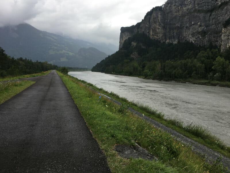 Der Alpenrhein am Rheinradweg der Schweiz