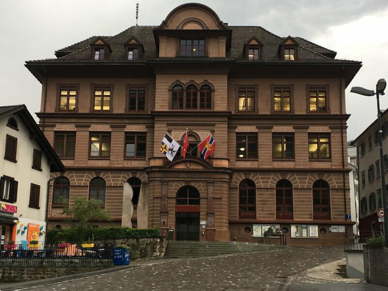 Ilanz Glion - Rathaus am Rheinradweg Schweiz