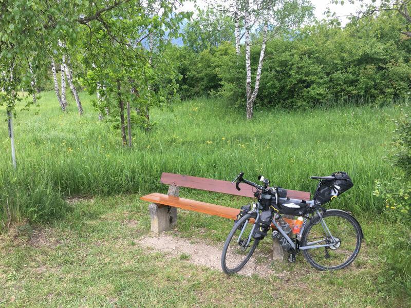 Inzell - Pause auf einer Bank mit meinem Fahrrad am Mozart-Radweg