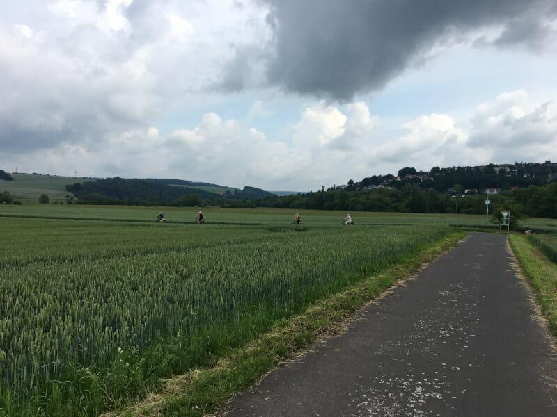Dunkle Wolken hinter Fulda - Fuldaradweg - E-Biker