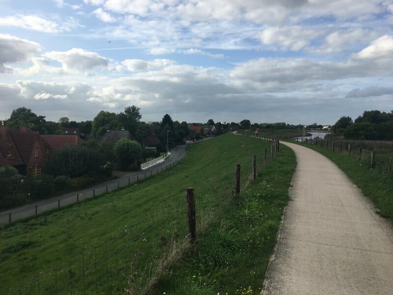Deich in Ritzenbüttel - Weser-Radweg