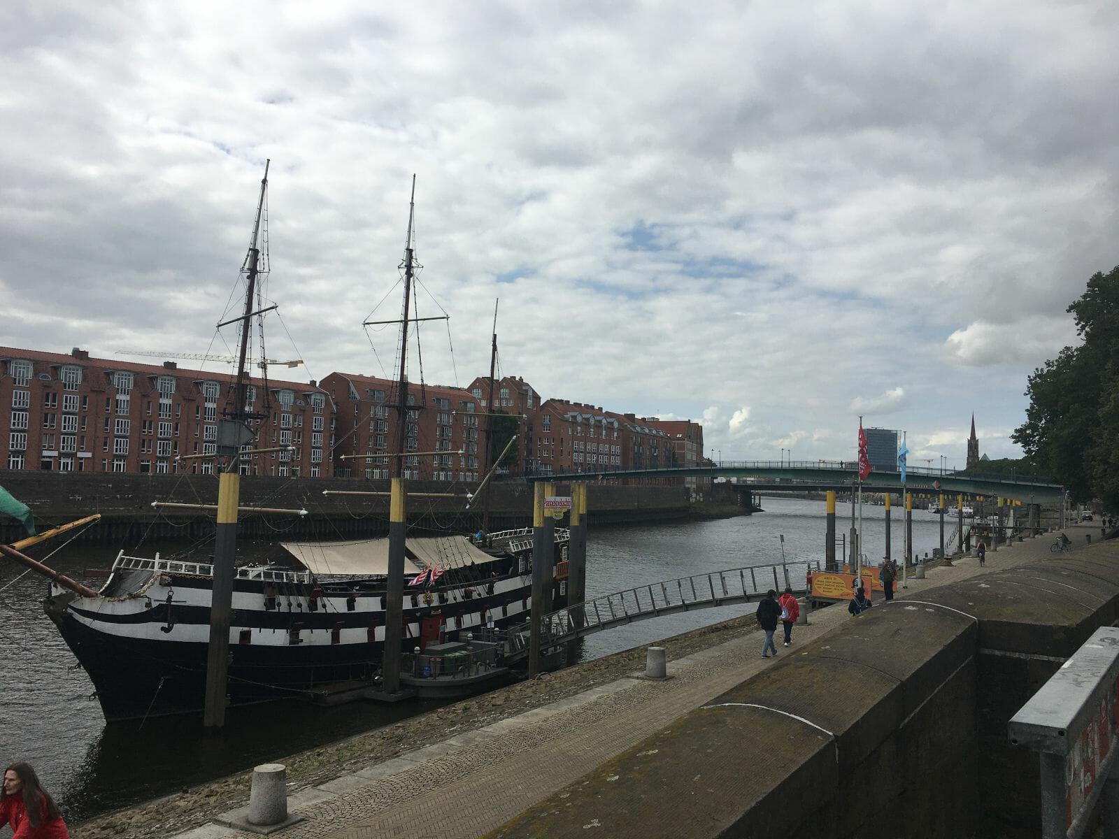 Schiff am Weserradweg in Bremen