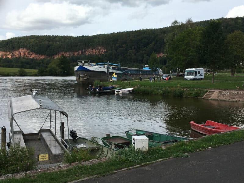 Schiffe und Botte auf dem Mainradweg bei Dorfprozelten.