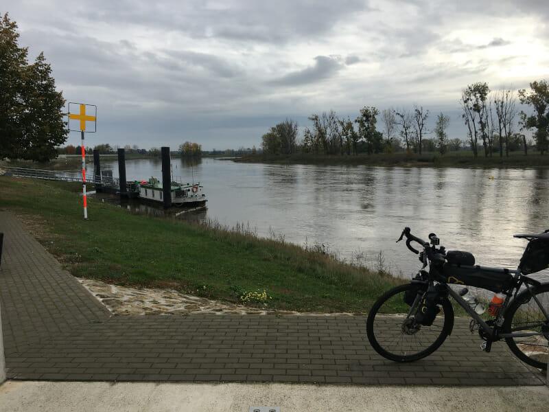 Elster (Elbe) mit Gravelbike am Elberadweg.