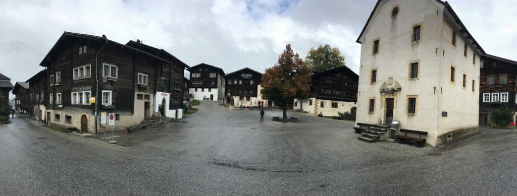 Ernen - typisch Schweizerische Holzhäuser am Rhone-Radweg.