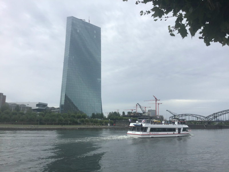 Die EZB, die Europäische Zentralbank in Frankfurt am Main, gegenüber vom Mainradweg.