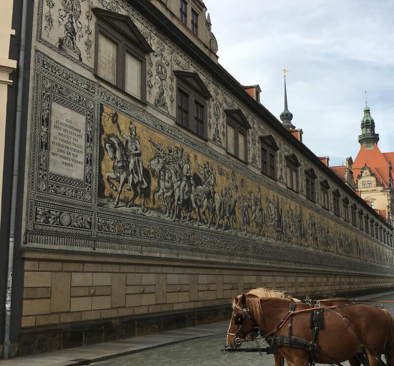 Fürstenzug in Dresden mit Pferd im Vordergrund.