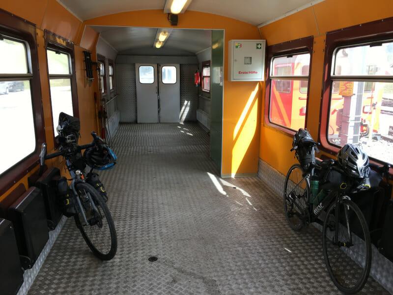 Zug durch den Furkatunnel mit zwei Rennrädern - Autoverlad in Oberwald.