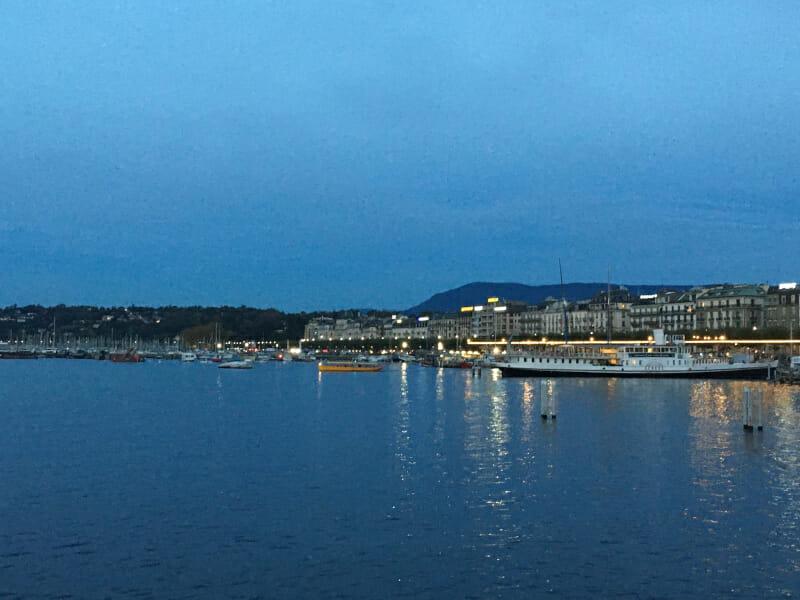 Genfer See, französisch Lac Leman, am Vorabend in Genf - Rhone-Route.