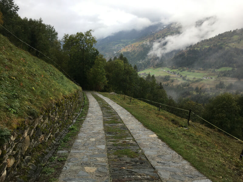Kopfsteinpflaster mitten in den Bergen bei Grengiols in den Alpen.