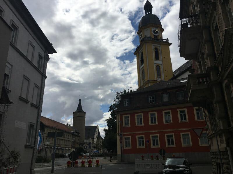 Kitzingen mit Kirche und Turm am Mainradweg.