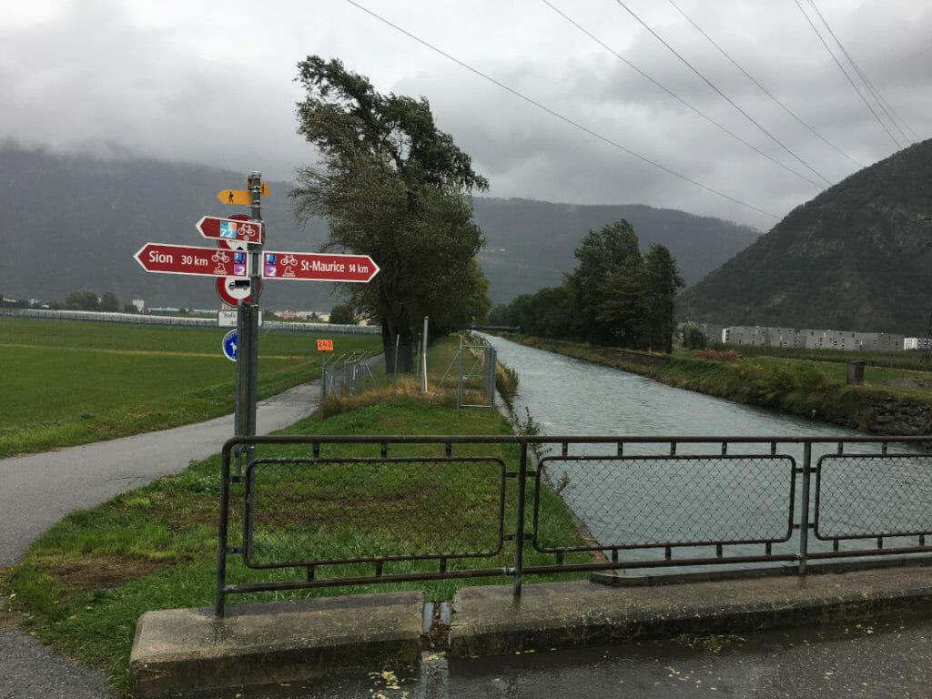 Martigny - Wegweiser in Richtung Sion an der Rhone Route, der nationalen Radroute 1 der Schweiz.