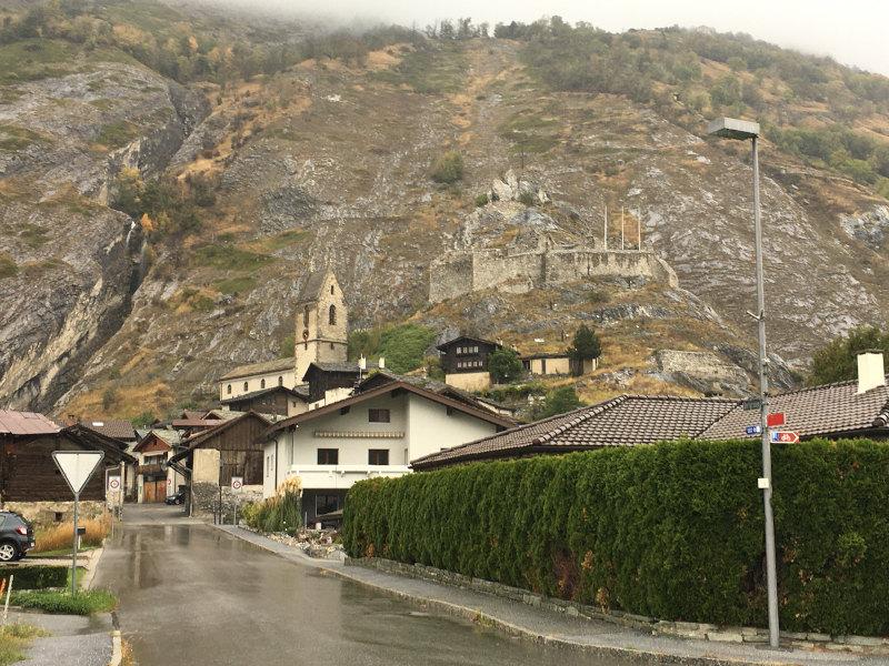Blick auf Niedergesteln und die Burgruine am Rhoneradweg.