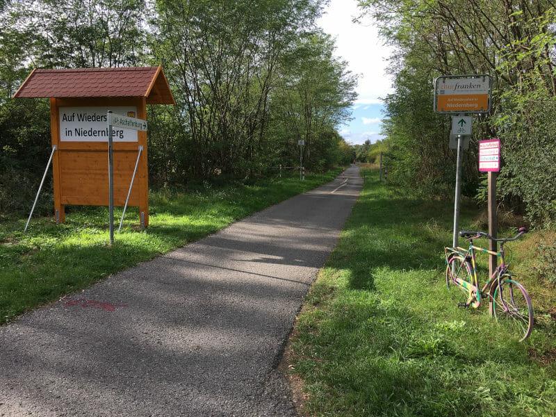 Niedernberg - Ende des Ortes mit einem Fahrrad am Wegesrand.