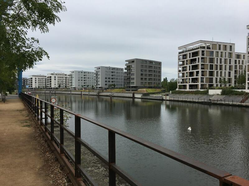 Offenbach am Main am Hafengebiet am Mainradweg.