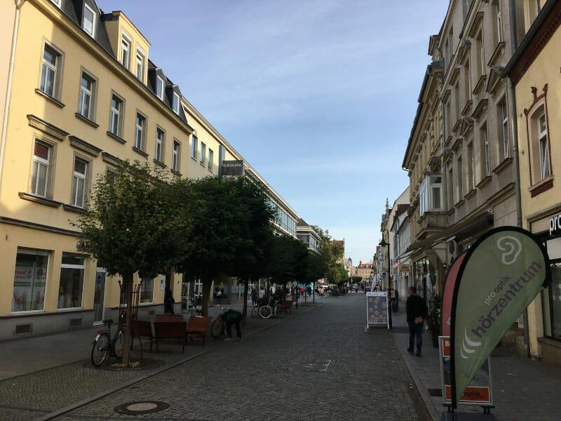 Die Innenstadt von Riesa am Radweg an der Elbe.