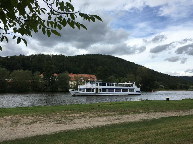 Pflochsbach bei Lohr am Main am Mainradweg. Aussicht auf ein Schiff!