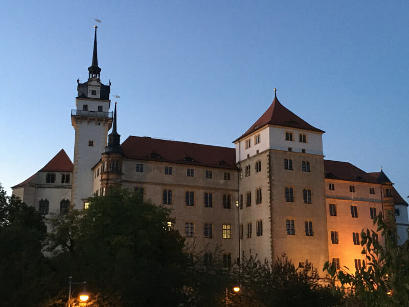 Das Schloss Hartenfels in Torgau am Elberadweg.
