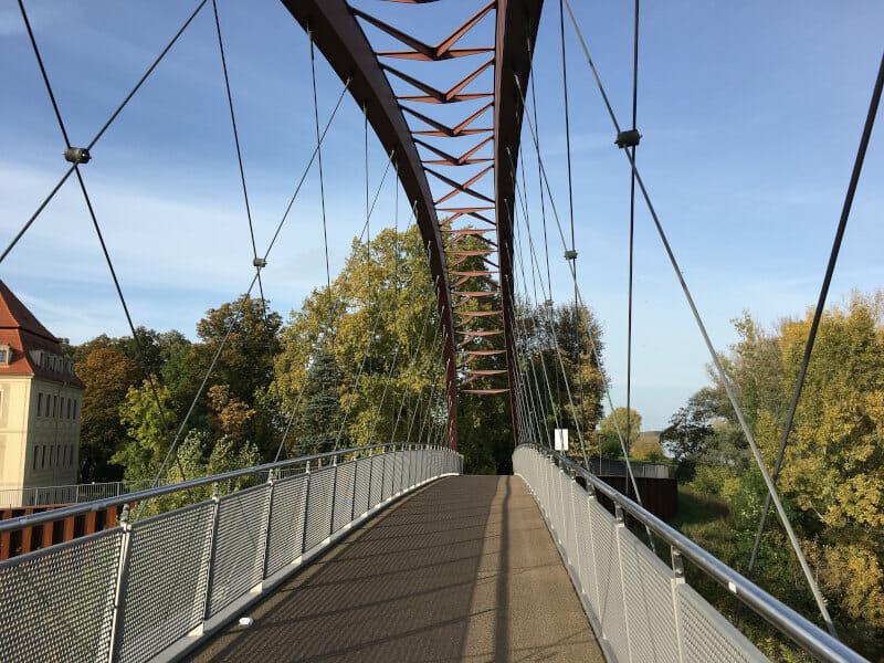 Die Schlossbrücke Gröbe, wo die Döllnitz in die Elbe fließt. Beim Hafen in Riesa am Elberadweg.