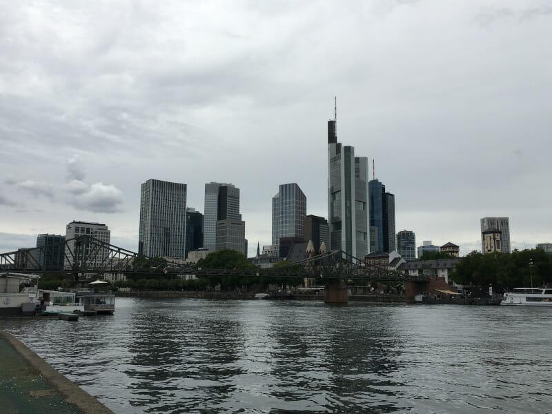 Skyline von Frankfurt am Main am Mainradweg