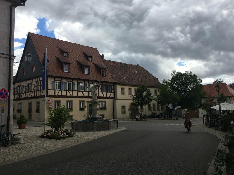 Das Weindorf Sommerach am Mainradweg.