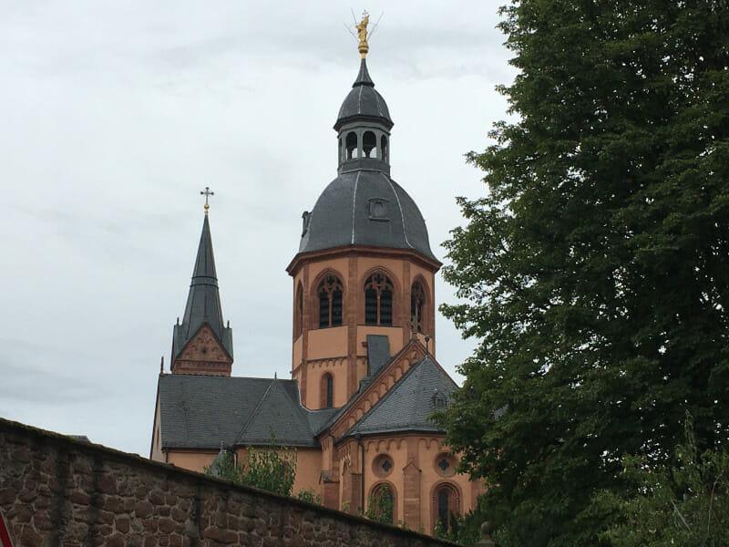 Die St. Marcellinus und Petrus-Kirche in Seligenstadt am Mainradweg.