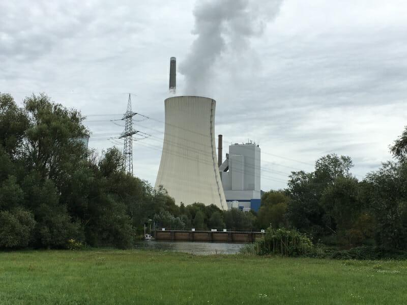 Steinkohlekraftwerk bei Hanau in Großkrotzenburg am Mainradweg.