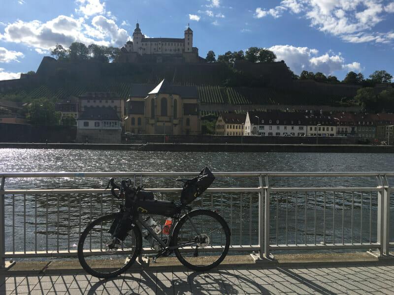 Würzburg mit Gravelbike & der Festung Marienburg am Mainradweg.