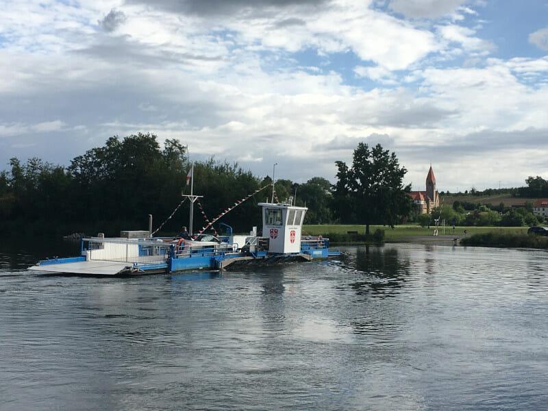 Schiffstransfer zwischen Wipfeld und Stammheim am Mainradweg.