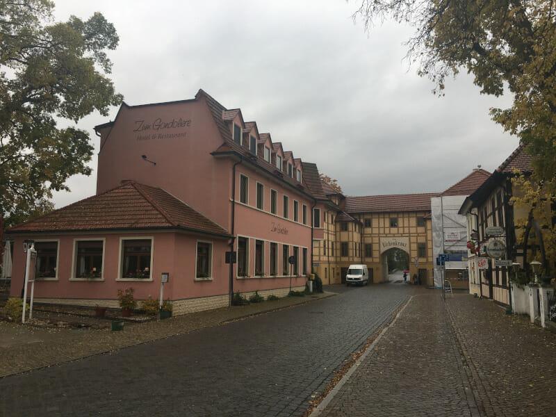 Wörlitz - Tor mit Fachwerk am Elberadweg.
