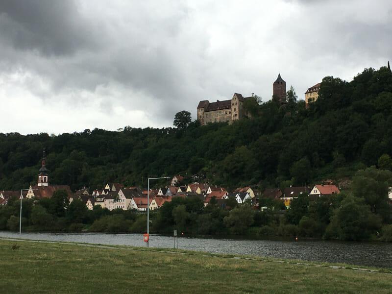 Zimmern bei Marktheidenfeld - Blick auf die Burg Rothenfels am Mainradweg.