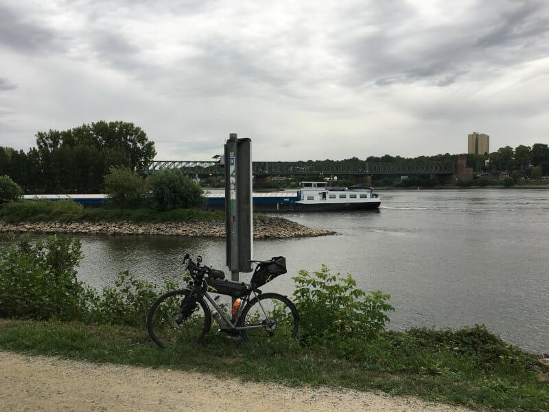 Mündung des Mains in den Rhein in Mainz-Kastel mit meinem Gravelbike.