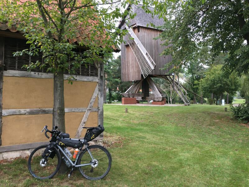 Windmühle bei Rethem an der Aller am Allerradweg. Mit Gravelbike.