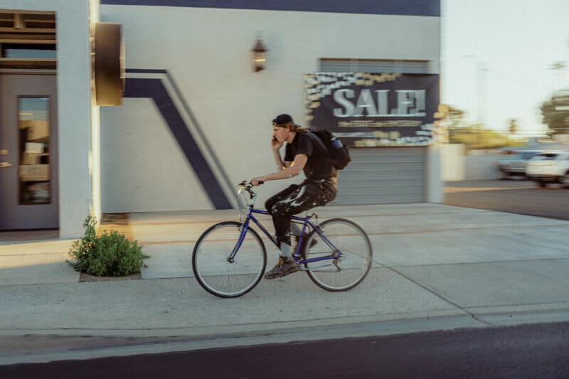 Beim Radfahren telefonieren - verboten!