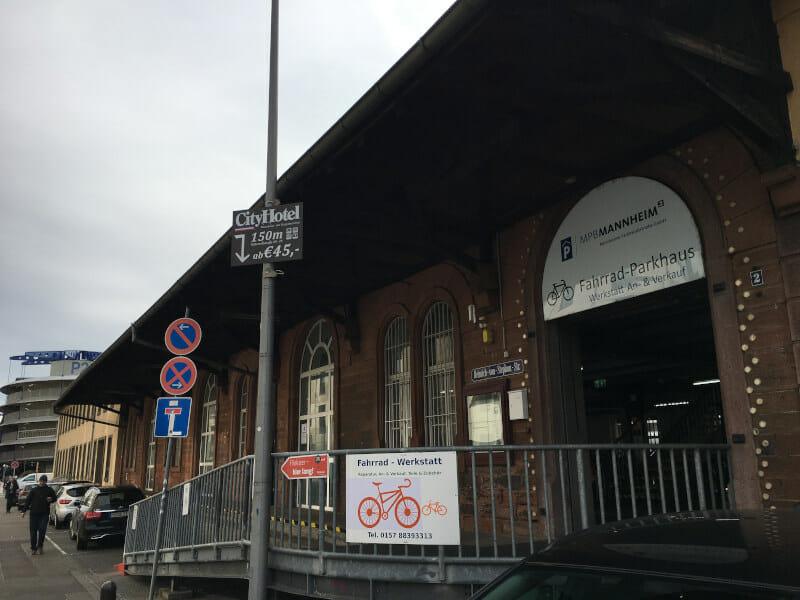 Fahrradparkhaus Mannheim am Bahnhof gehört nicht zu den größten Fahrradparkhäusern auf der Welt.