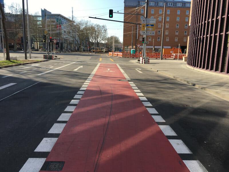 Radfahrstreifen in Karlsruhe, rote Farbe