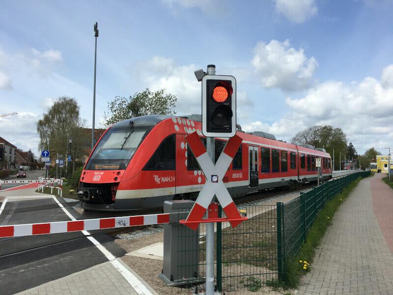Bahnhof in Gettorf mit Zug am Nord-Ostsee-Kanal-Radweg.