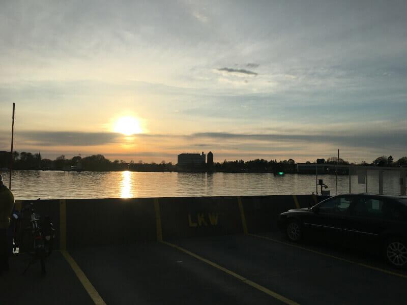 Sonnenuntergang Abendstimmung auf der Kanalfähre in Brunsbüttel - Nord-Ostsee-Kanal-Radtour.