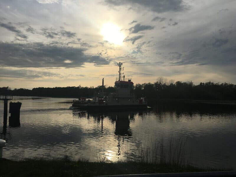 Schutzhütte - Schiff in Abenddämmerung am Nord-Ostsee-Kanal-Radweg.